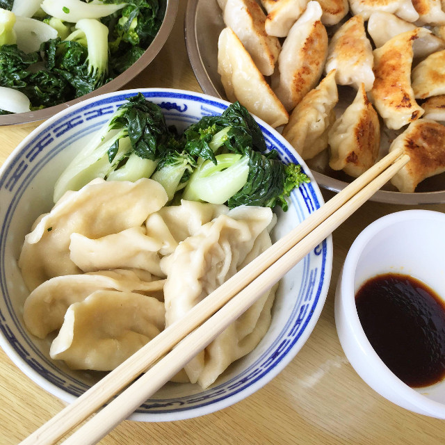 When a friend invites you over for homemade potstickers and dumplings, how can you say no? 😅 ... Cannot resist homemade food! Which do you like more, potstickers or dumplings?