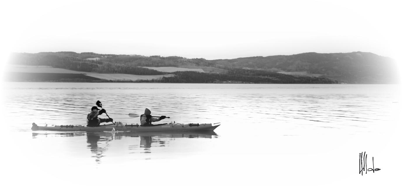 Happy new week 🌷🍃 #blackandwhite  #boat #lake