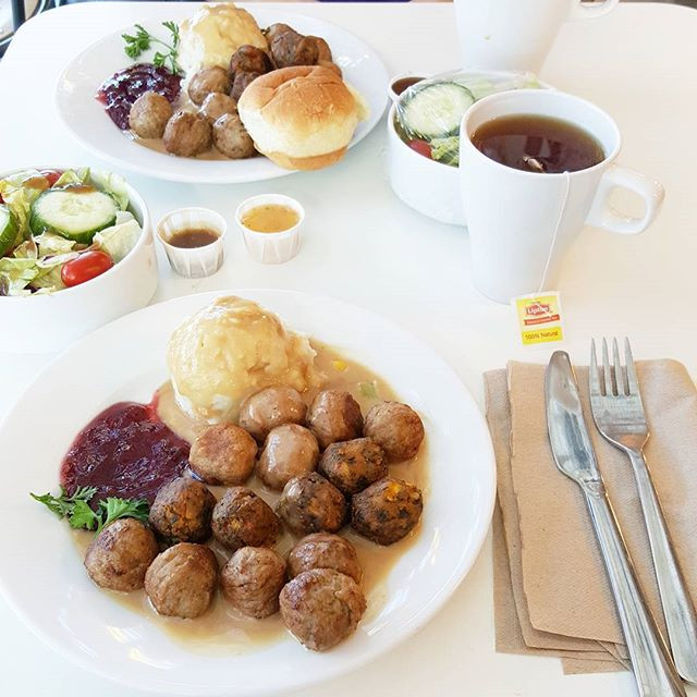 In addition to Ikea's traditional Swedish beef/pork meatballs, they now have 2 additional meatball options... chicken and veggie!!! Tag a friend who loves Ikea meatballs.