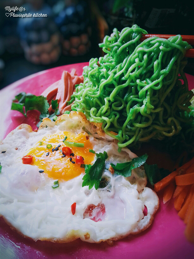 My breakie and my lunchtime loll It's call indoomee. Greenest...favourite colour.. #greennoodle#food #music#halfcookegg# #meesedap#indomee#photooftheday#freetime #happylunchtime#lol#lovelyday#enjoyyourlunch#cute l